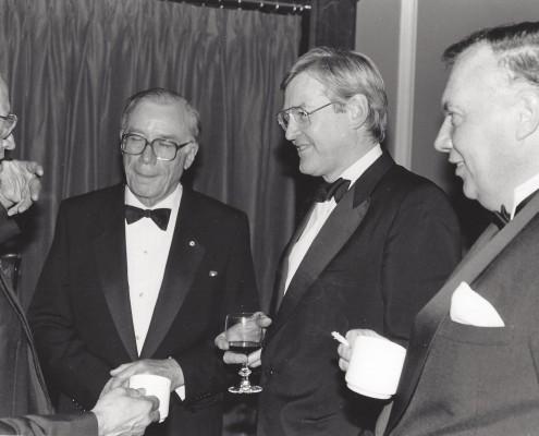 De gauche à droite: Claude Ryan, gouvernement du Québec; Gerald Bouey, gouv. Banque du Canada; Michael Wilson, ministre des Finances (Canada); René G. Jarry (janvier 1987) Collection personnelle de M. René G. Jarry